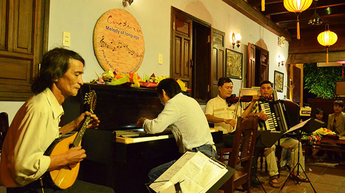 Music performance in Hoi An Ancient Town (Quang Nam Province)