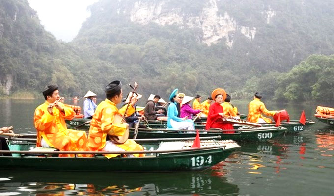 Boat tour boosts Trang An tourism